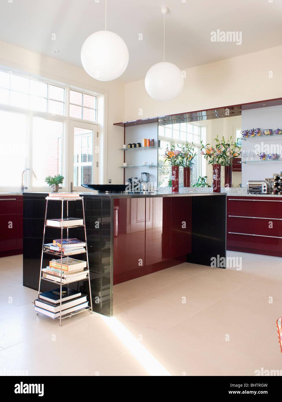 Etagère en acier autoportante en unité avec cuisine moderne blanc en ...