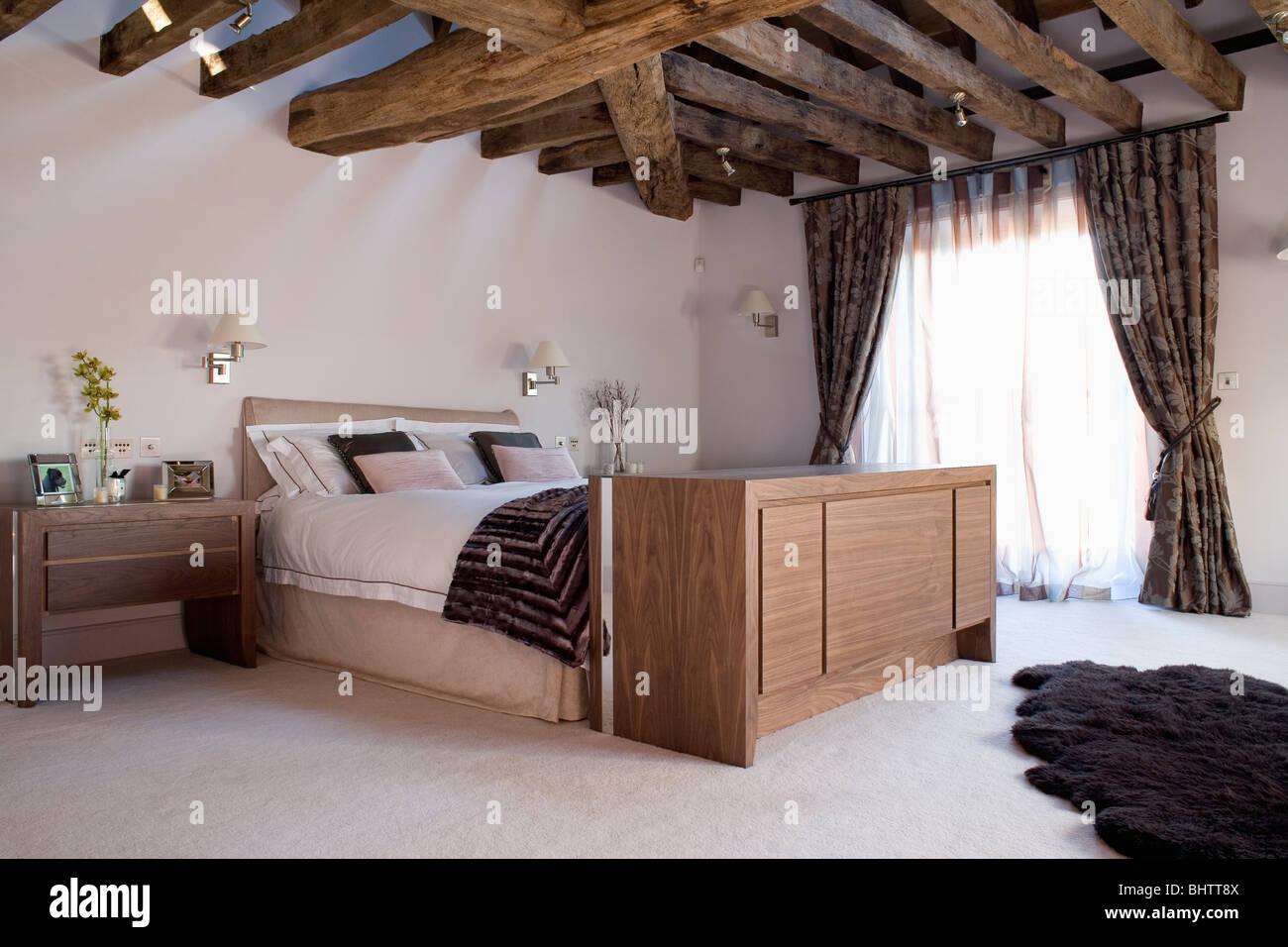 Grande armoire avec télévision dissimulée en dessous de lit dans la ...