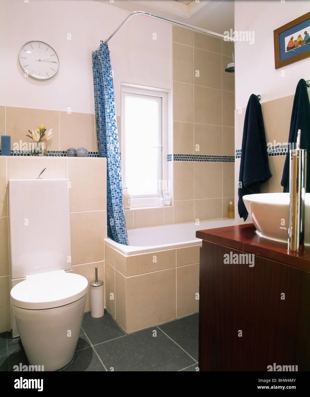 Rideau de douche bleu sur baignoire dans l\'économie moderne avec ...
