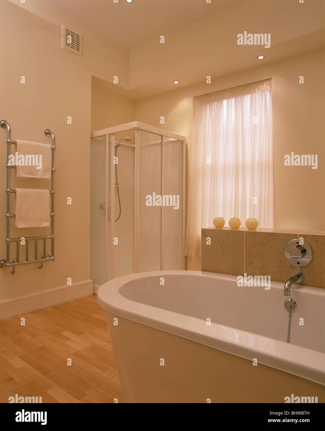 Douche en coin dans l\'armoire salle de bains blanc moderne avec du ...
