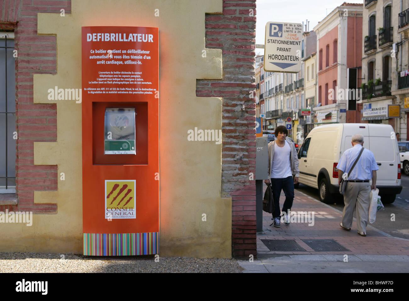 Défibrillateur cardiaque attaché à un mur dans une rue de Perpignan, France Photo Stock