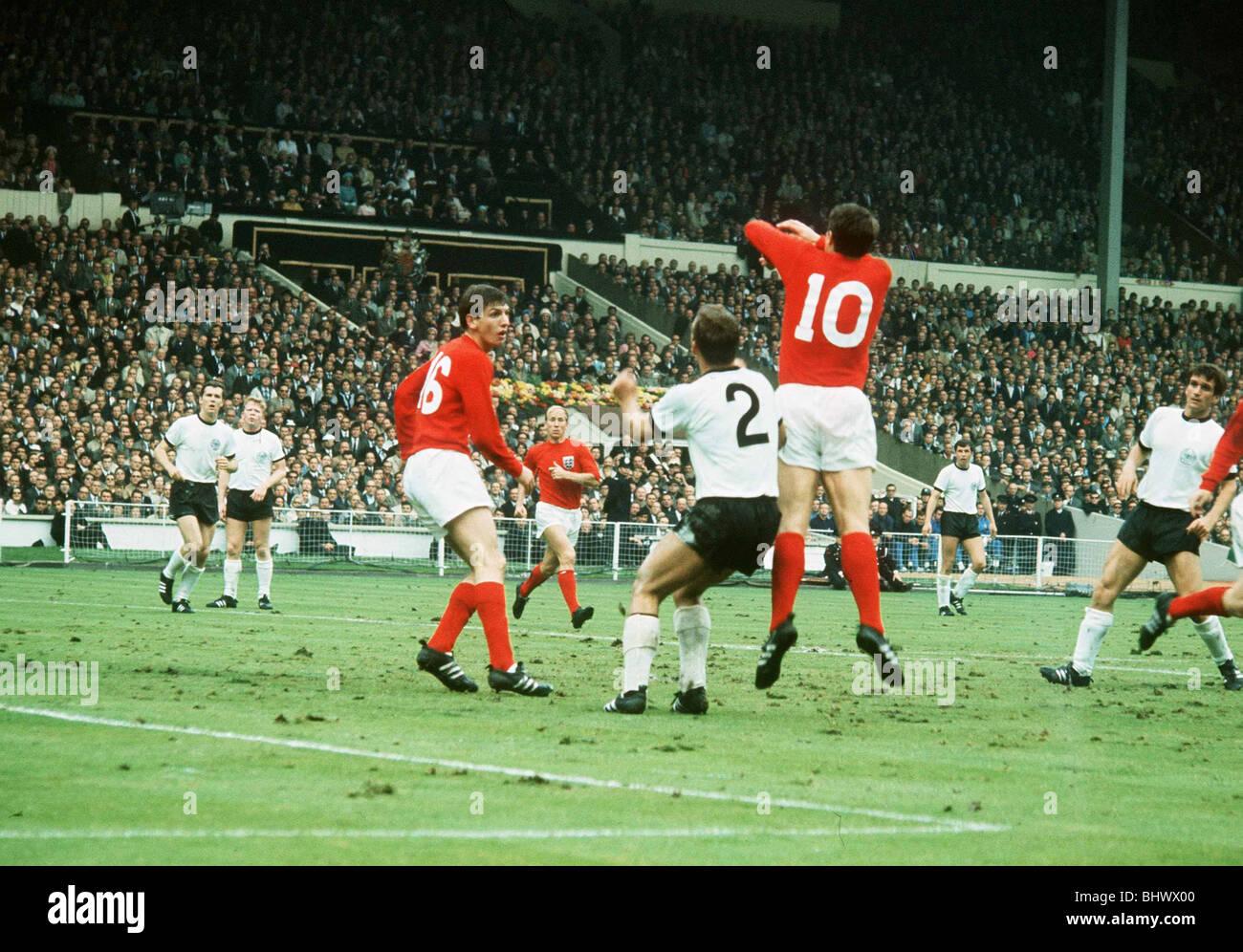 Football finale de la coupe du monde 1966 angleterre 4 allemagne 2 geoff hurst wembley et - Cars la coupe internationale de martin ...
