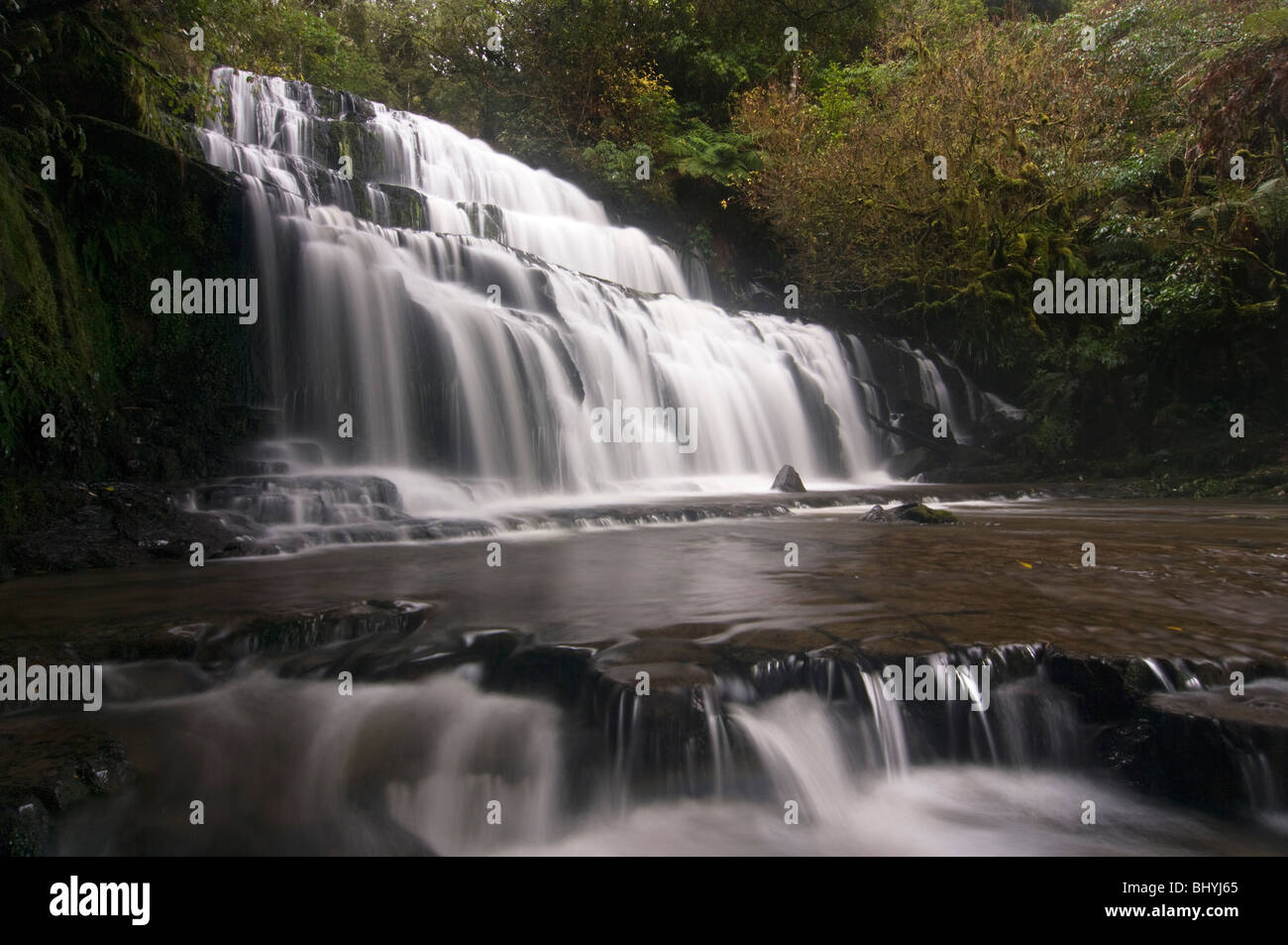 Les Purakaunui Falls qui sont une attraction touristique populaire dans le district de Catlins, Otago, Nouvelle-Zélande. Banque D'Images