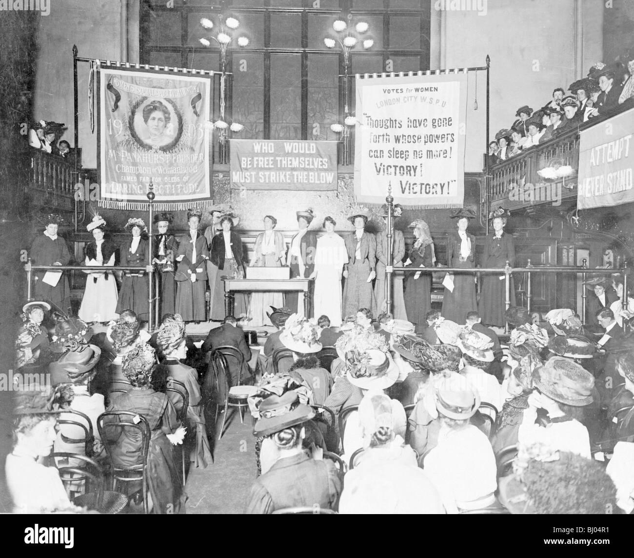 Une réunion à Caxton Hall avant le 'rush' de la Chambre des communes, octobre 1908 Démonstration. Artiste: Inconnu Banque D'Images