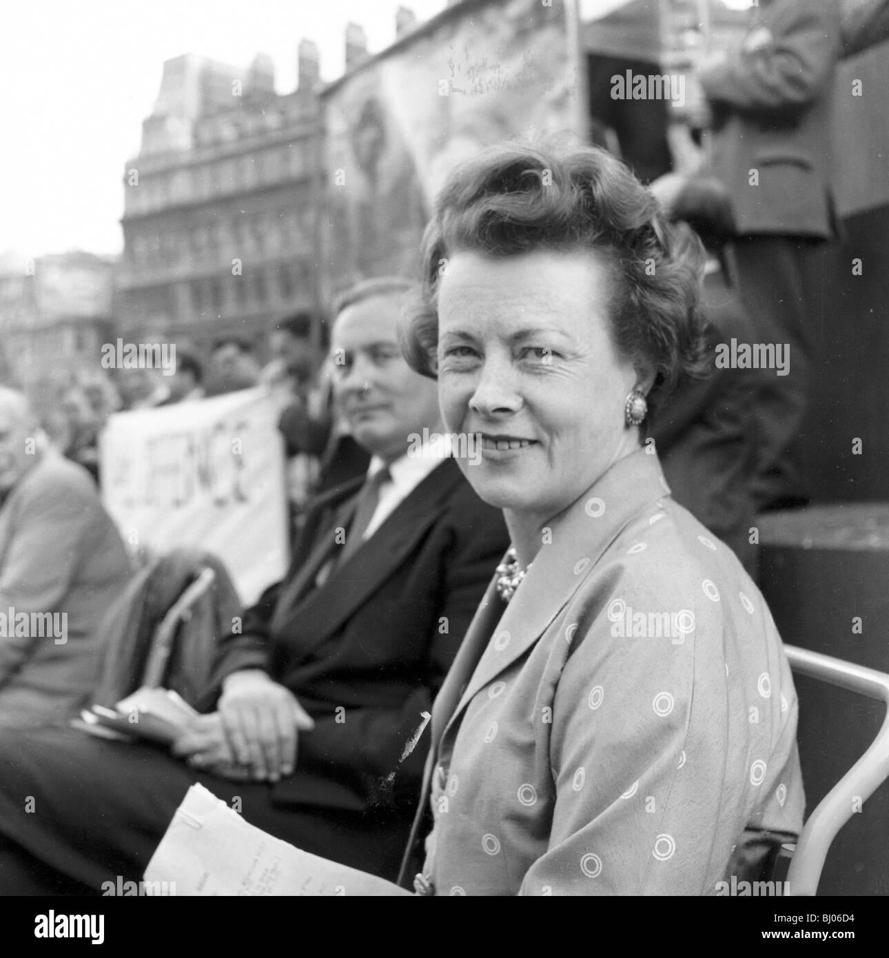 Barbara Castle à une bombe H démonstration, London, 22 Sep 1957. Artiste: Henry Grant Photo Stock