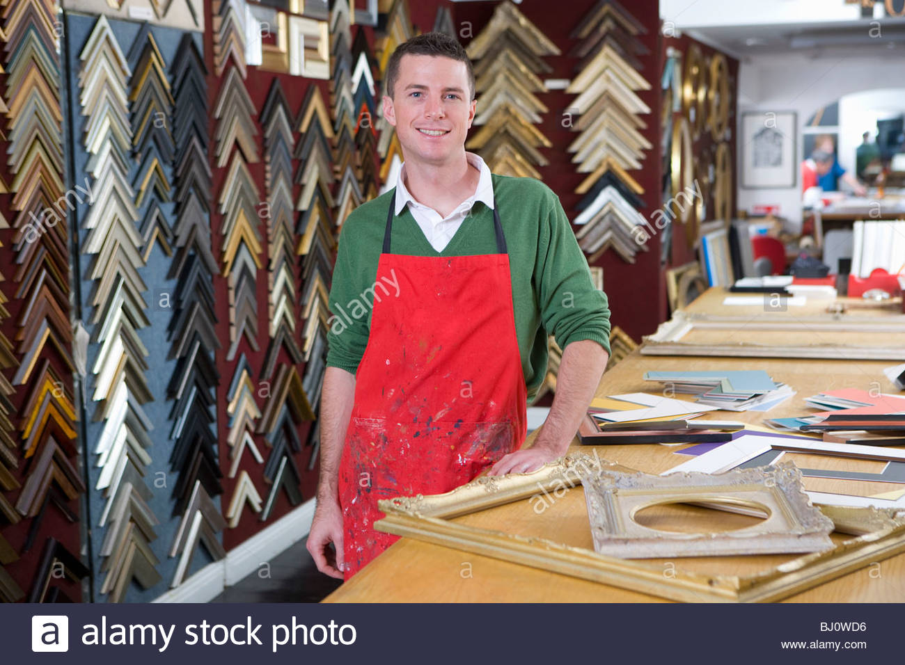 Salesman standing en frame shop Photo Stock