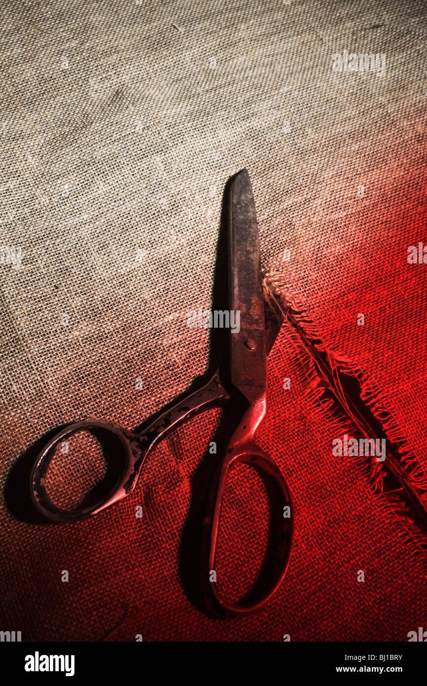 En tissu coupe ciseaux sinistre Photo Stock