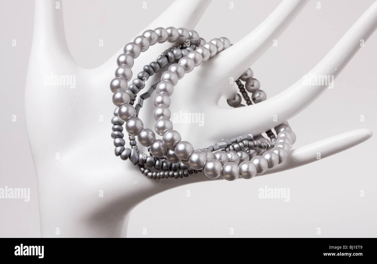 Bijoux en plastique bon marché résumé affiché sur la main. Photo Stock 8634797f9d71