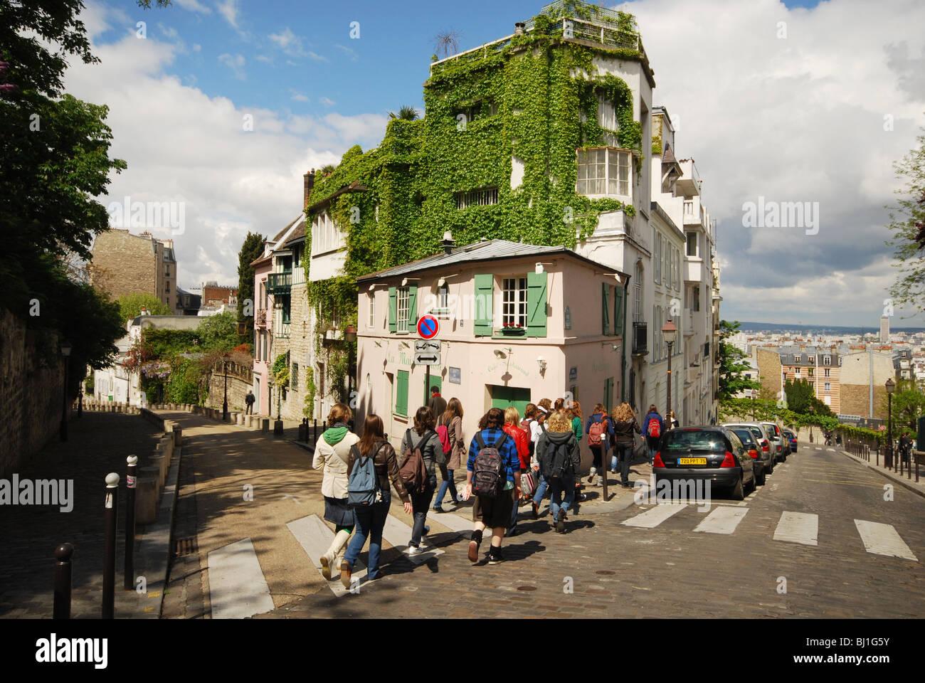 Classe d'école, route de passage à Montmartre Paris France Banque D'Images