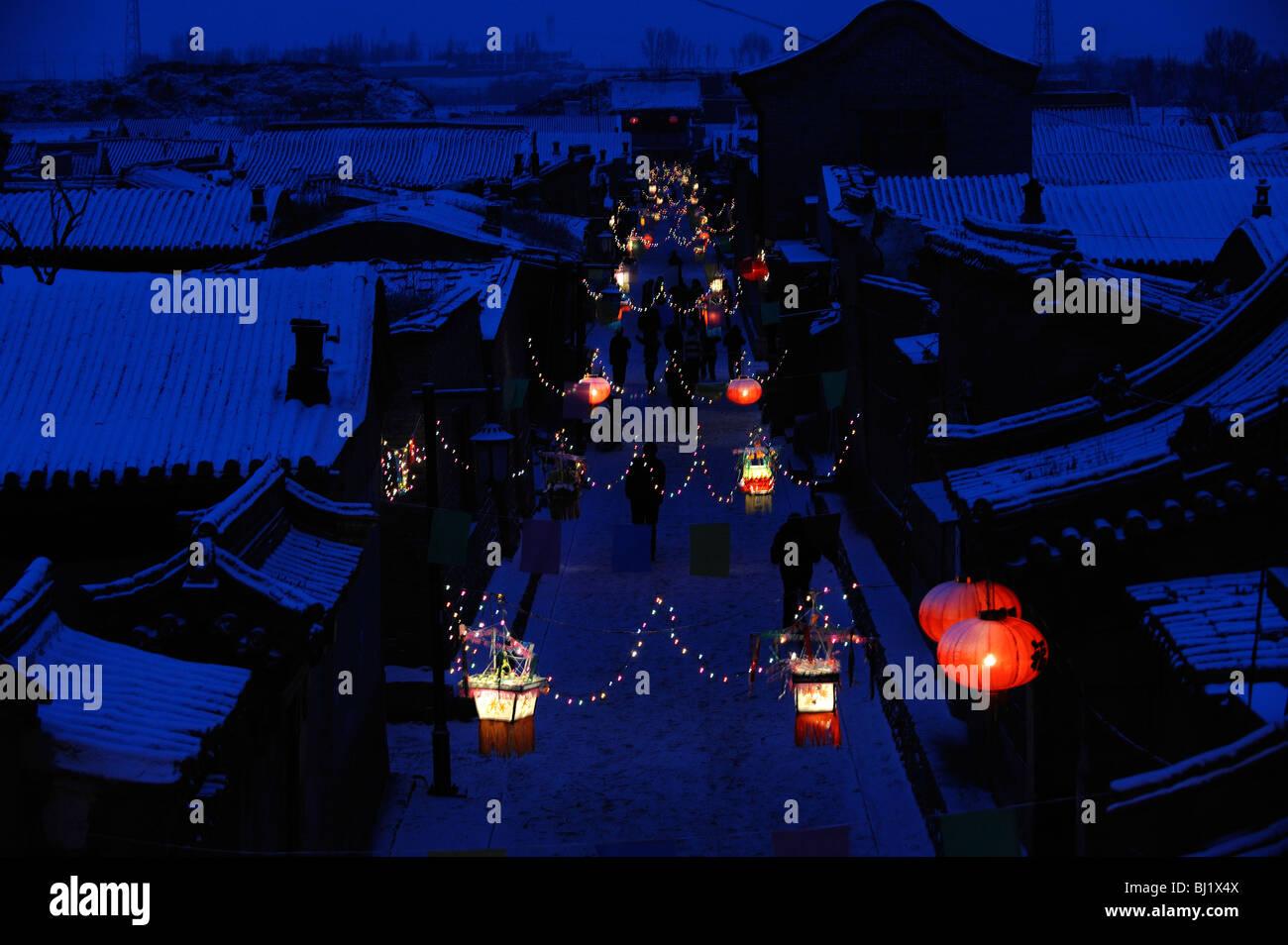 Un village décoré de lanternes à la main pendant la Fête du Printemps à Yuxian, province Photo Stock