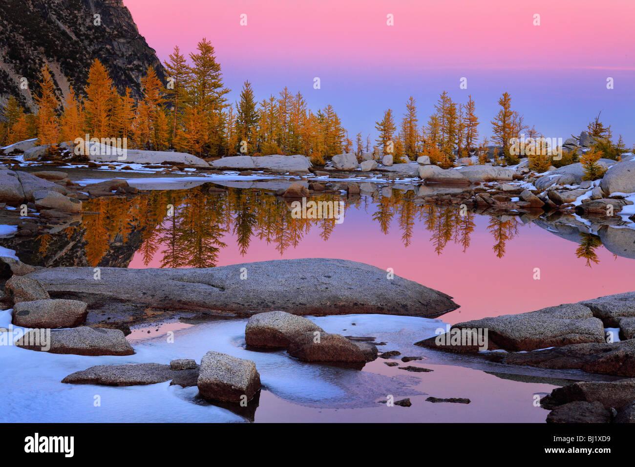 Au lever du soleil dans le Tarn Gnome enchantements Lacs désert Photo Stock