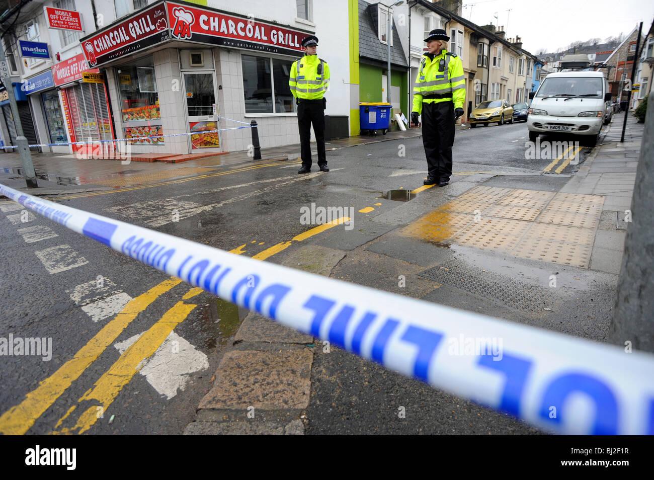 Les agents de soutien communautaire de la police sur les lieux d'un incident sérieux à Brighton Photo Stock