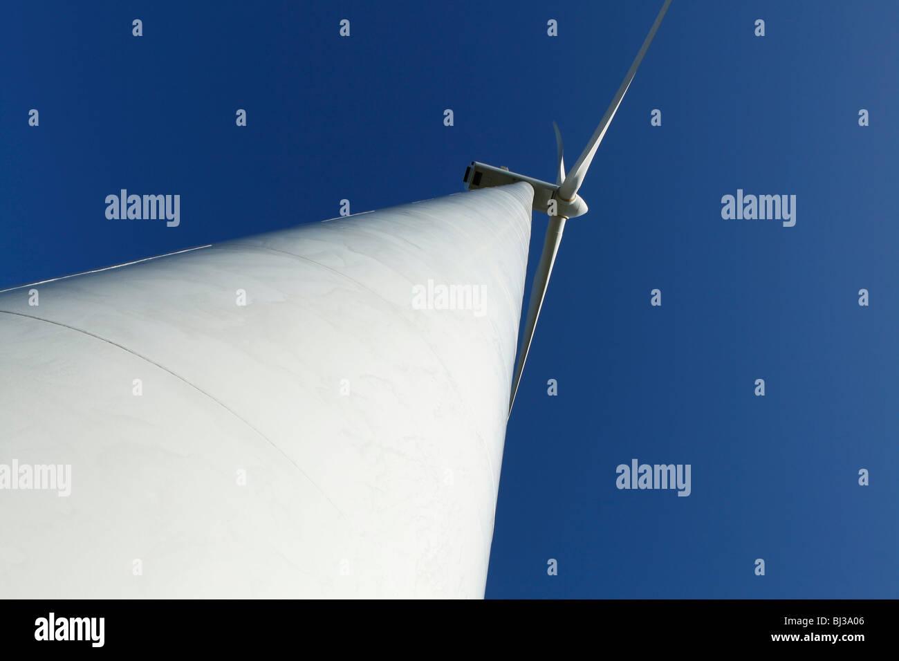 Une éolienne contre un ciel bleu clair. Super pour l'énergie et de l'environnement thèmes. Photo Stock