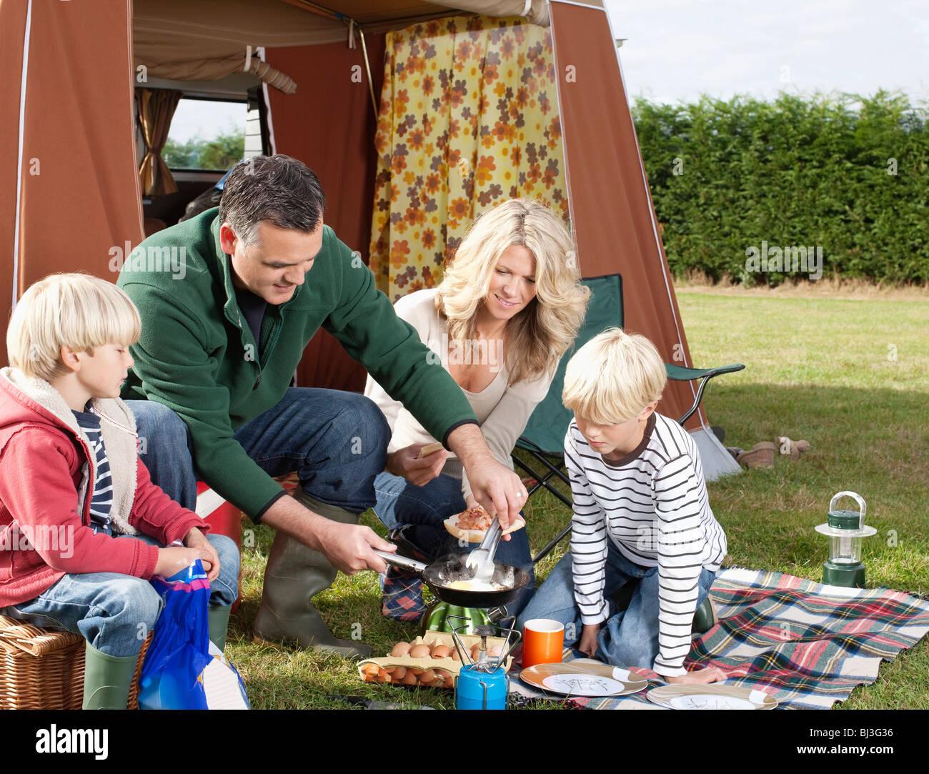 Cuisine familiale vos repas en plein air Banque D'Images