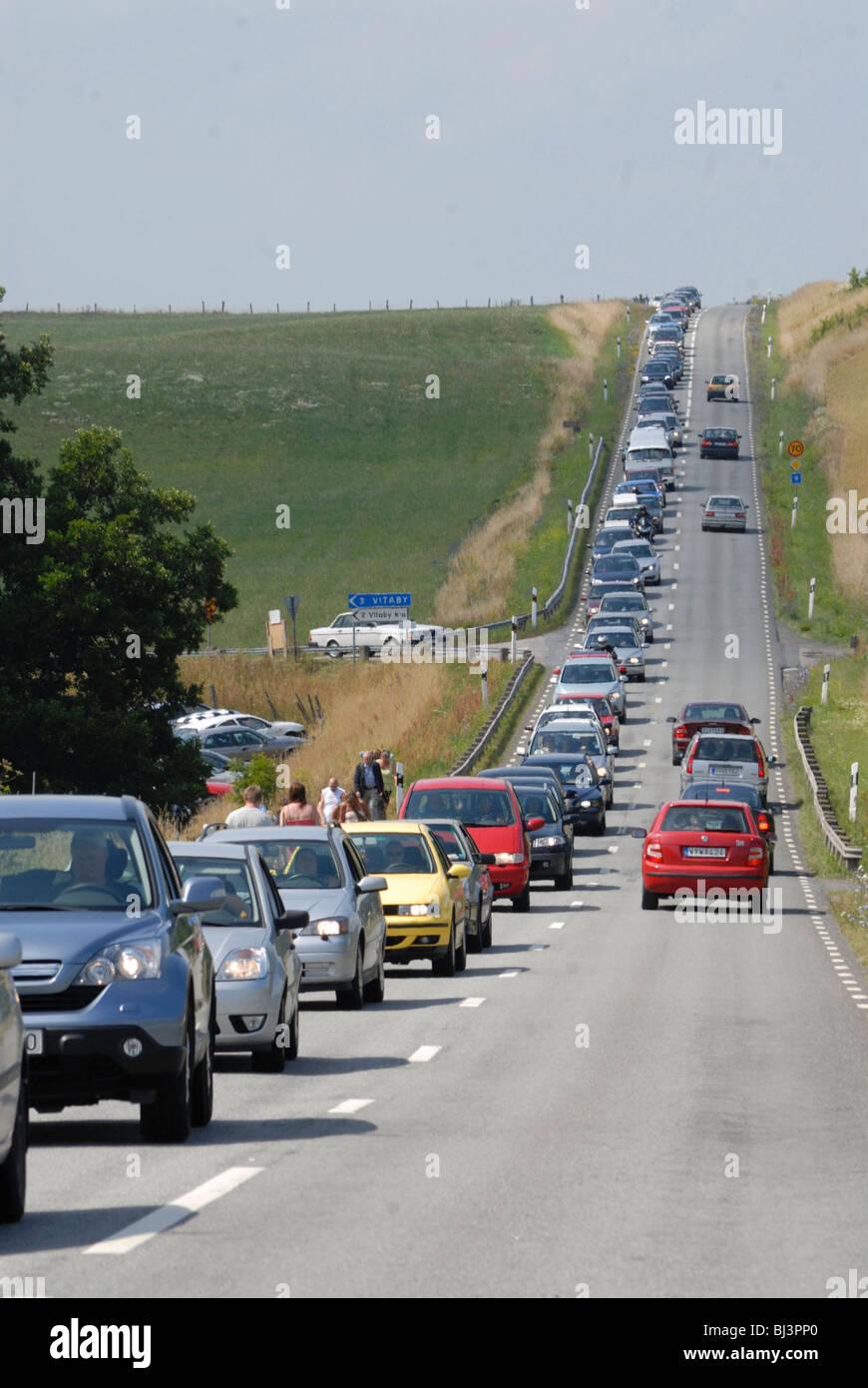 Queue de voitures sur une route droite, Kivik, Schonen, Schweden, Scandinavie, Europe Banque D'Images