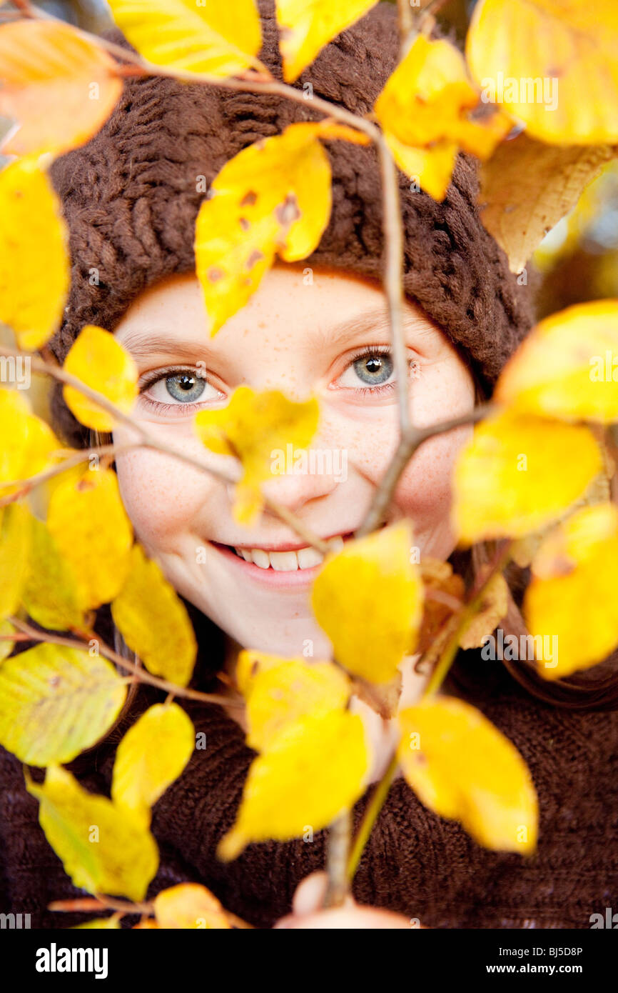 Membre de l'arbre derrière une fille Photo Stock