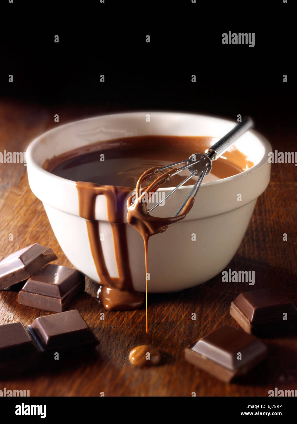 Chocolat fondu d'être remué dans un bol - Photos. Photo Stock