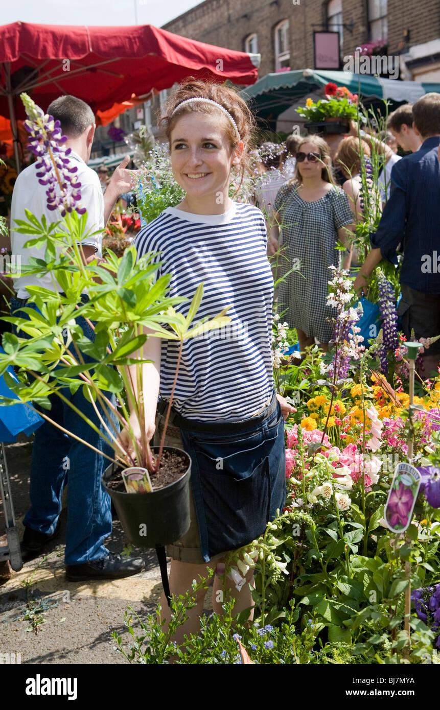 Marchande de fleurs à Columbia Road Flower Market, London, England, UK Photo Stock