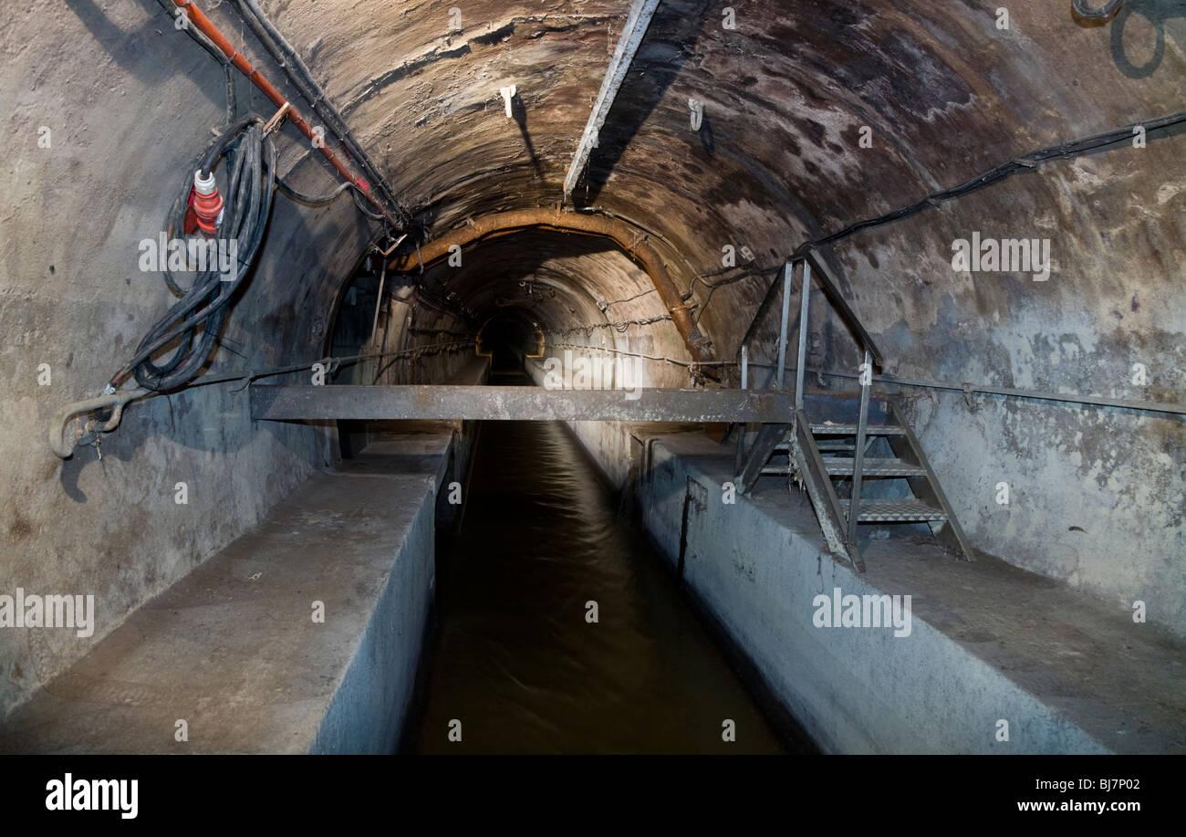 Tunnel d'égout à l'intérieur de la vidange des égouts de Paris - Visite des Egouts de Photo Stock