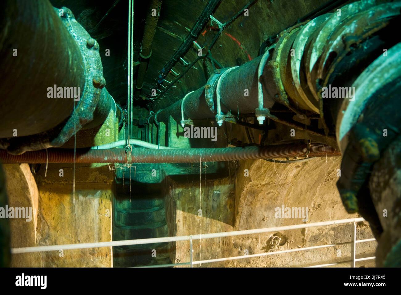 Tunnel d'égout à l'intérieur du tuyau d'évacuation des égouts de Paris - Visite Photo Stock