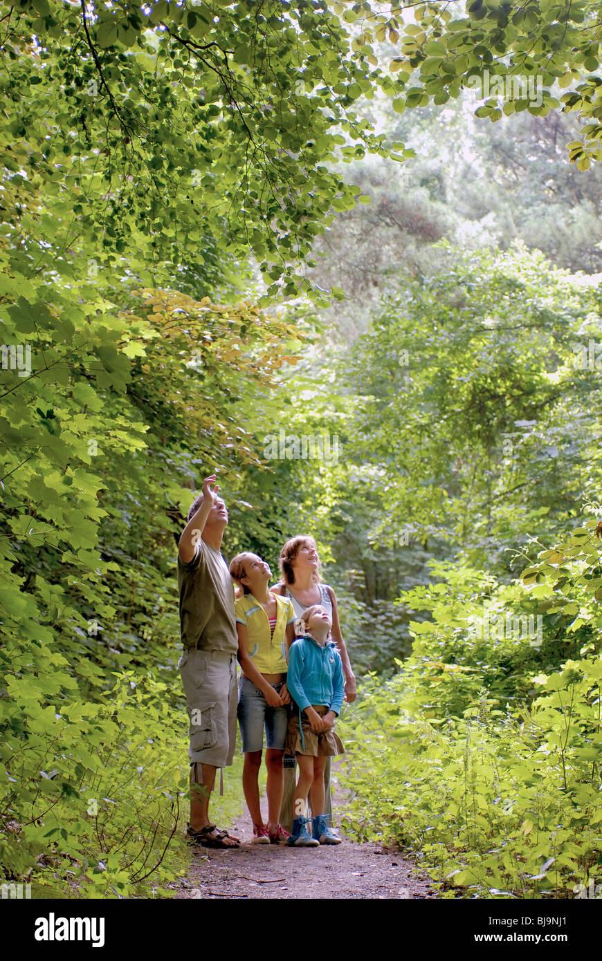 Couple 30 40 ans Filles 12 ans 10 enfants explorer le plaisir de vous détendre l'été Loisirs Photo Stock