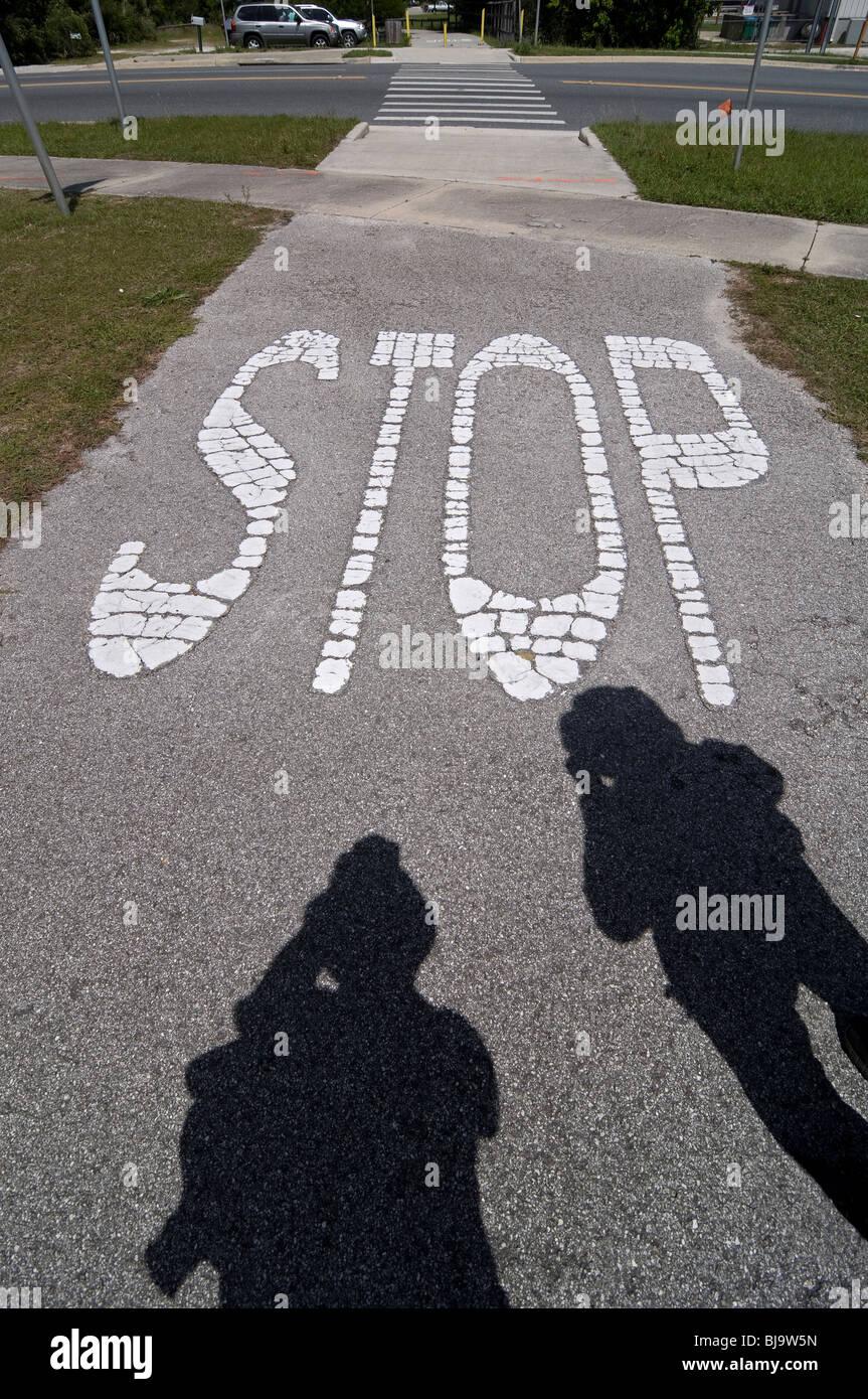Chaussée peint panneau d'arrêt Branford Floride le long de chemin de marche Photo Stock