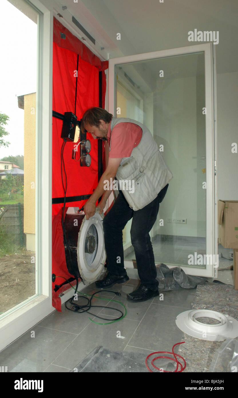 Test d'infiltrométrie dans une maison passive, Berlin, Allemagne Photo Stock