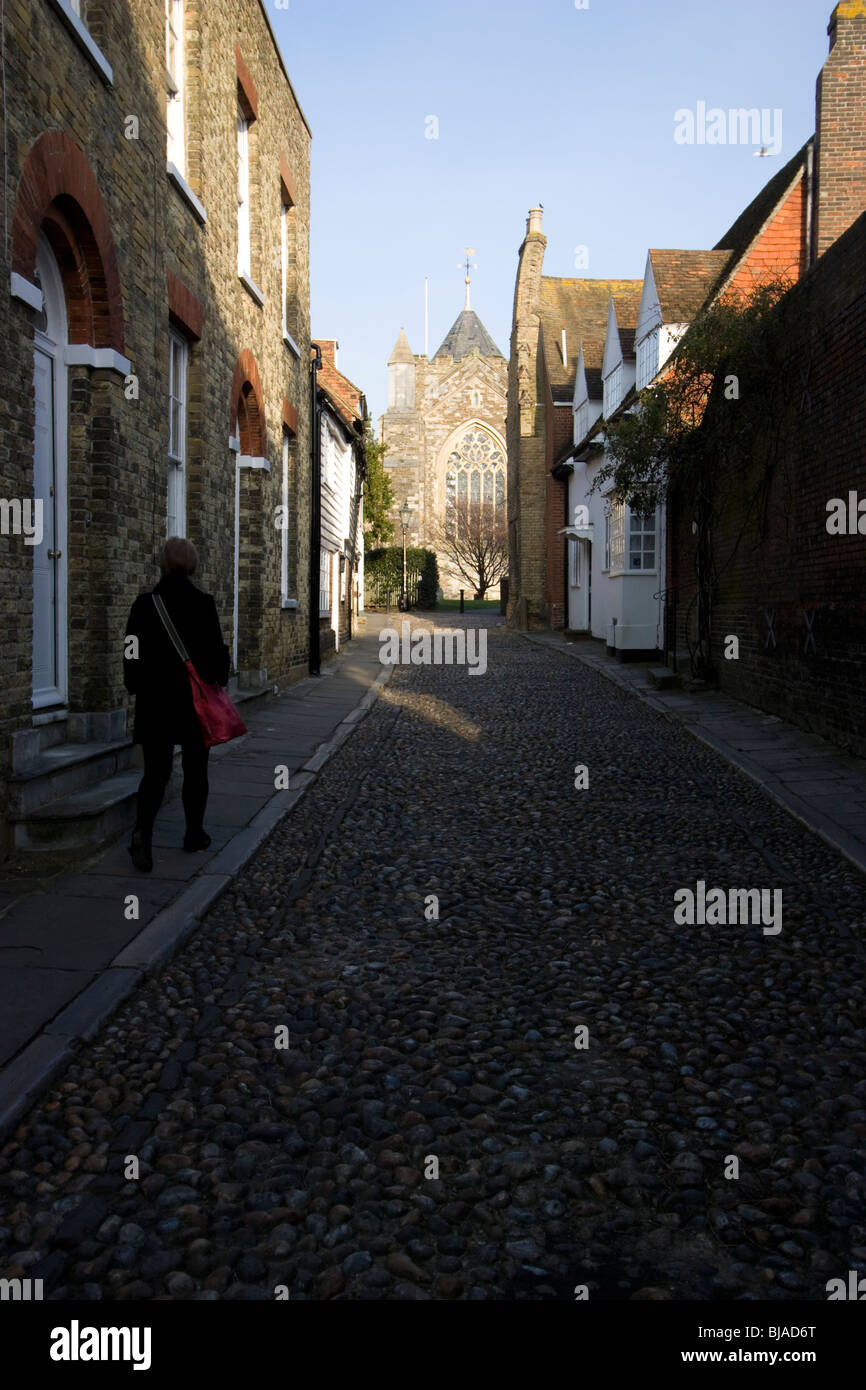 Rye East Sussex, rue pavée, avec l'église de St Mary the Virgin, en arrière-plan Photo Stock