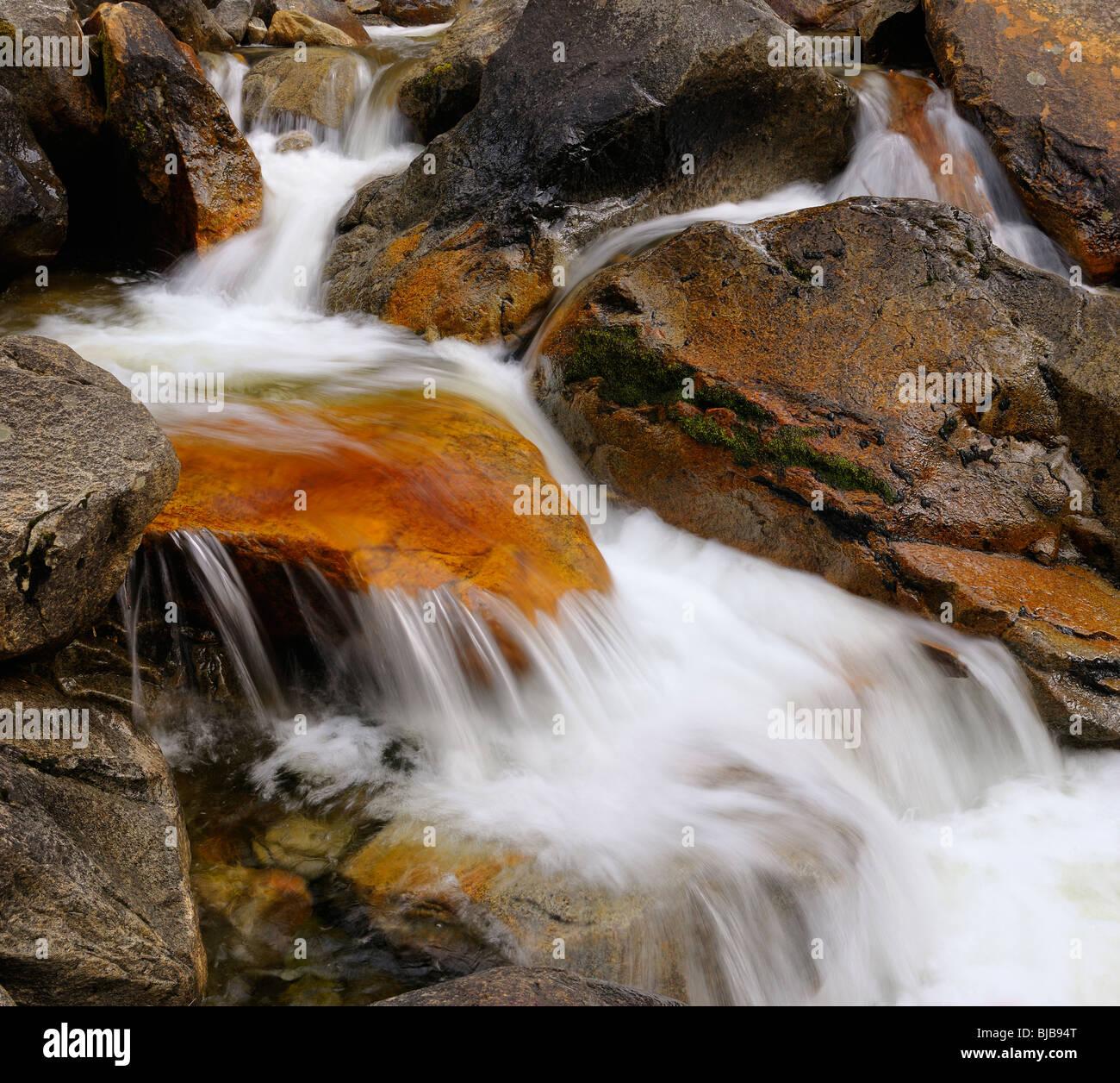 Dans red rock rapids cascade sur le ruisseau en aval de bridalveil fall en vallée de Yosemite Yosemite National Park California usa en hiver Banque D'Images
