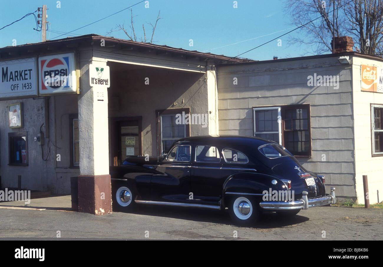 Classic American voiture garée à country store Texas USA Banque D'Images