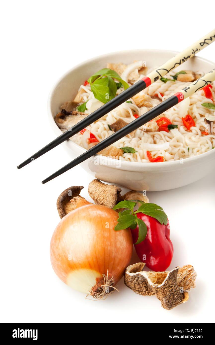 Plat de nouilles ramen végétarien et ingrédients sur fond blanc Photo Stock