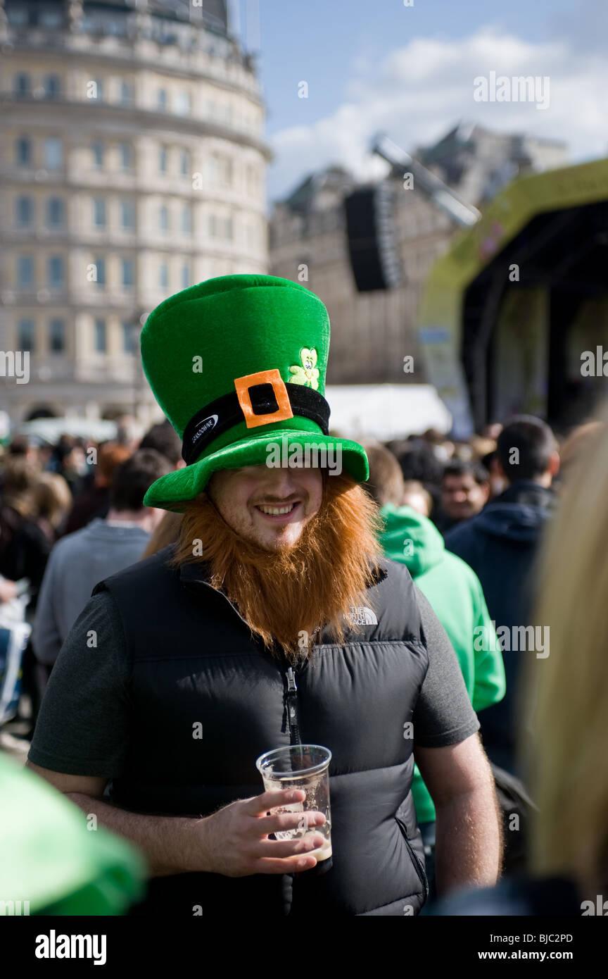 Un homme portant un chapeau de nouveauté et la barbe au cours de la célébration de St Patricks day à Londres. Banque D'Images