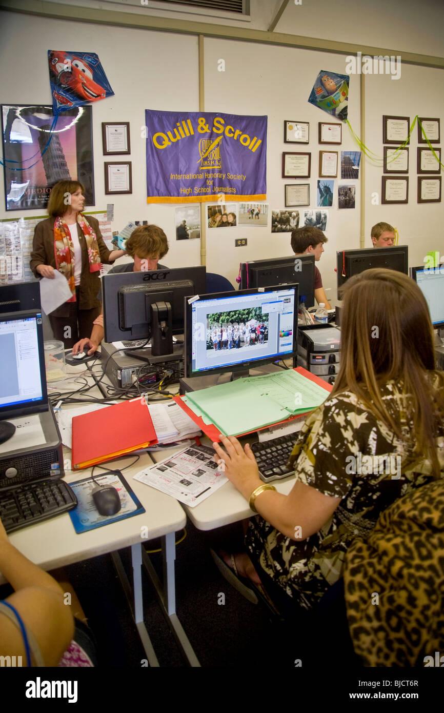 Southern California high school les élèves utilisent des logiciels d'édition de produire leur Photo Stock