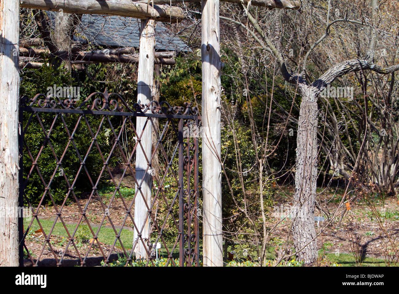 Clôture en fer forgé dans un jardin Banque D\'Images, Photo ...