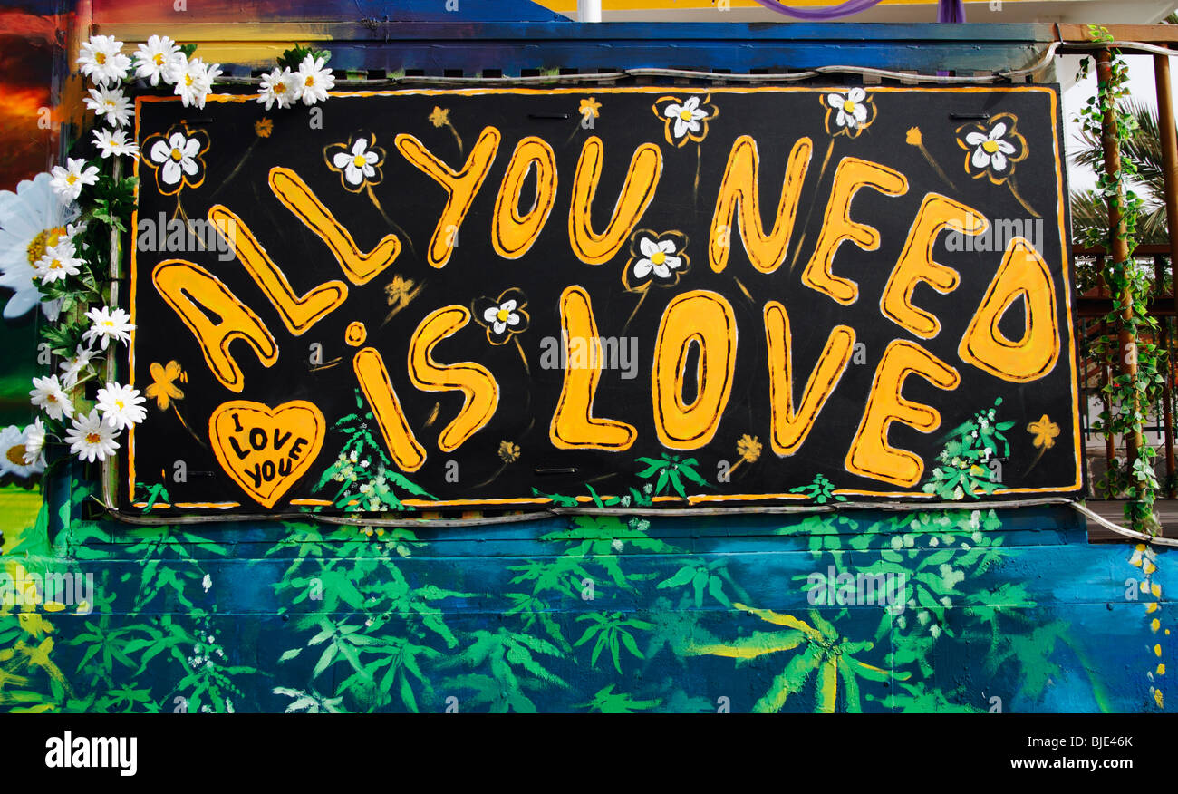 'All you need is love' peint sur flotteur en carnaval en Espagne Banque D'Images