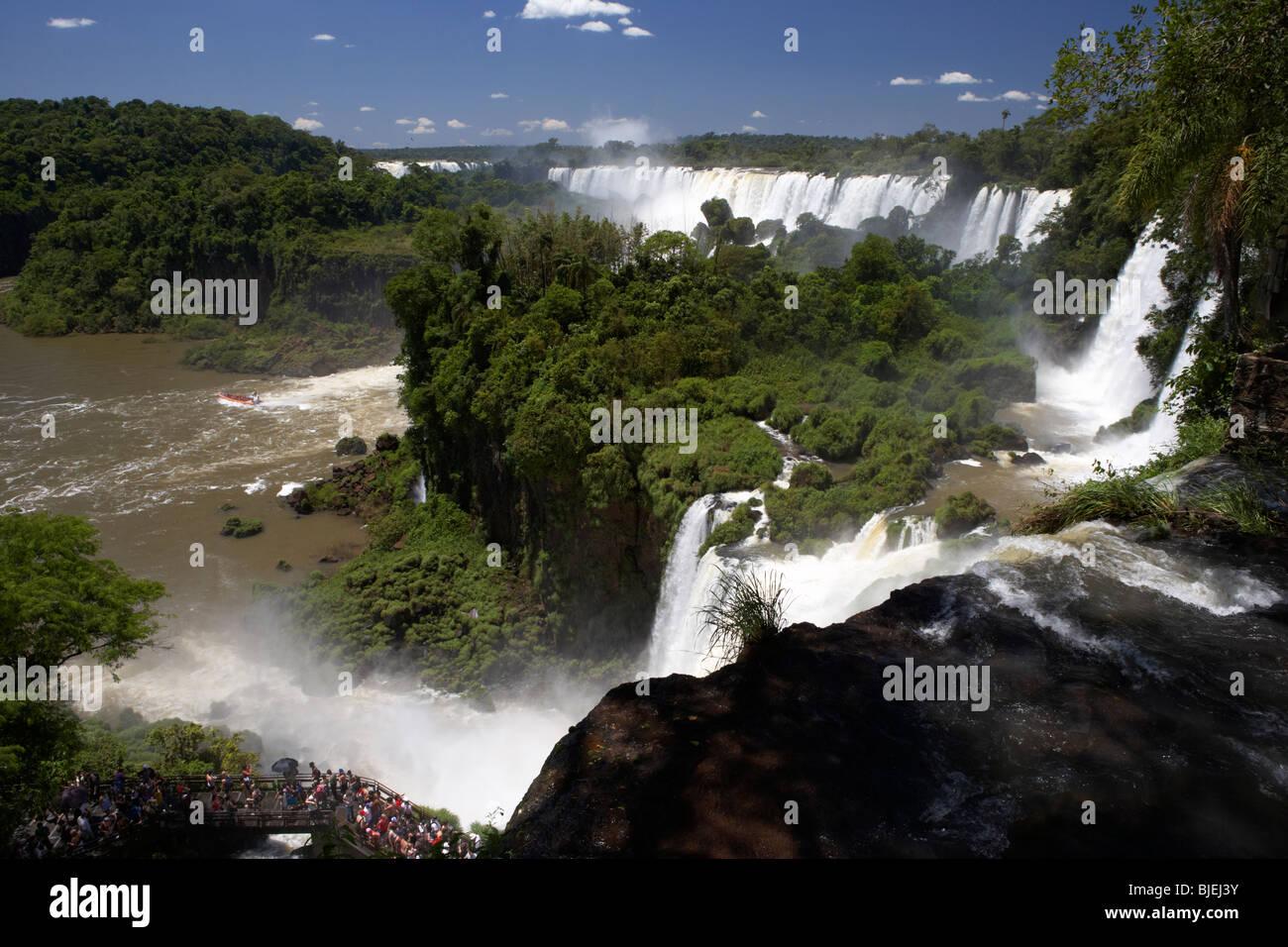Regardant vers le bas à partir du haut de la chute d'bosseti sur le circuit supérieur trail à Iguazu national park Banque D'Images