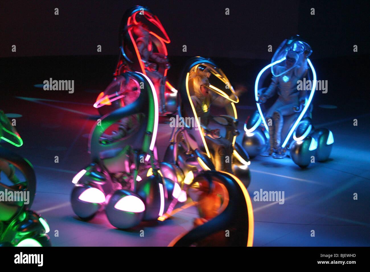 Toyota i-unit' 'véhicules concept et danseurs effectuer dans un spectacle au pavillon de Toyota, de Photo Stock