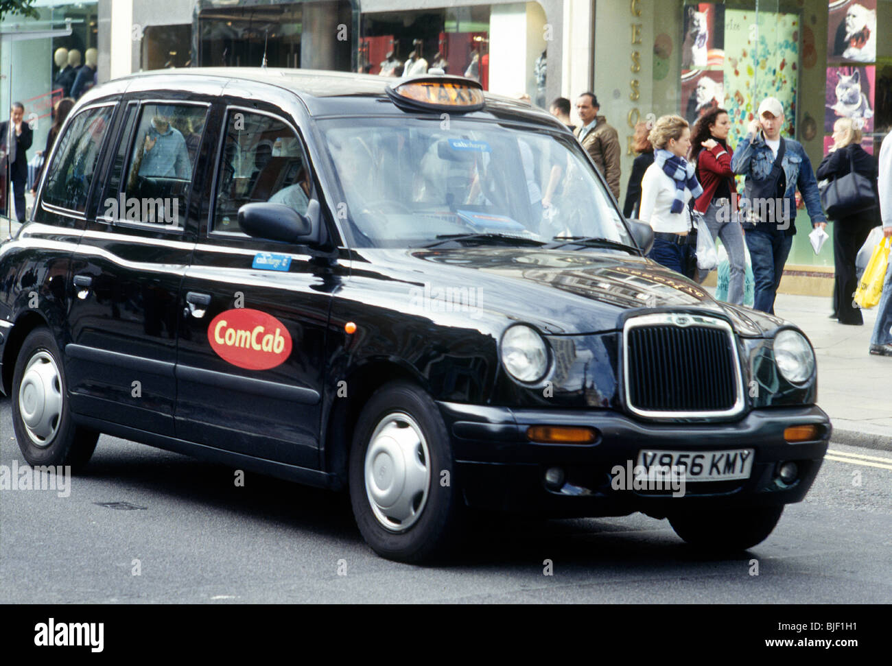 Taxi noir londonien traditionnel. Photo Stock