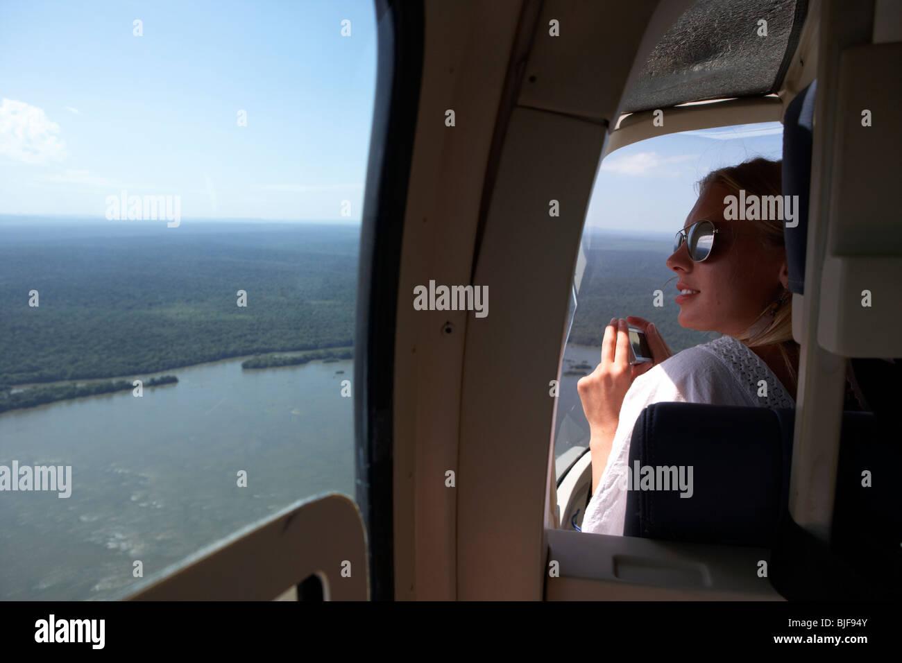 Woman en hélicoptère survolant la rivière Iguaçu iguaçu parc national, l'État de Parana, Brésil, Amérique du Sud Banque D'Images