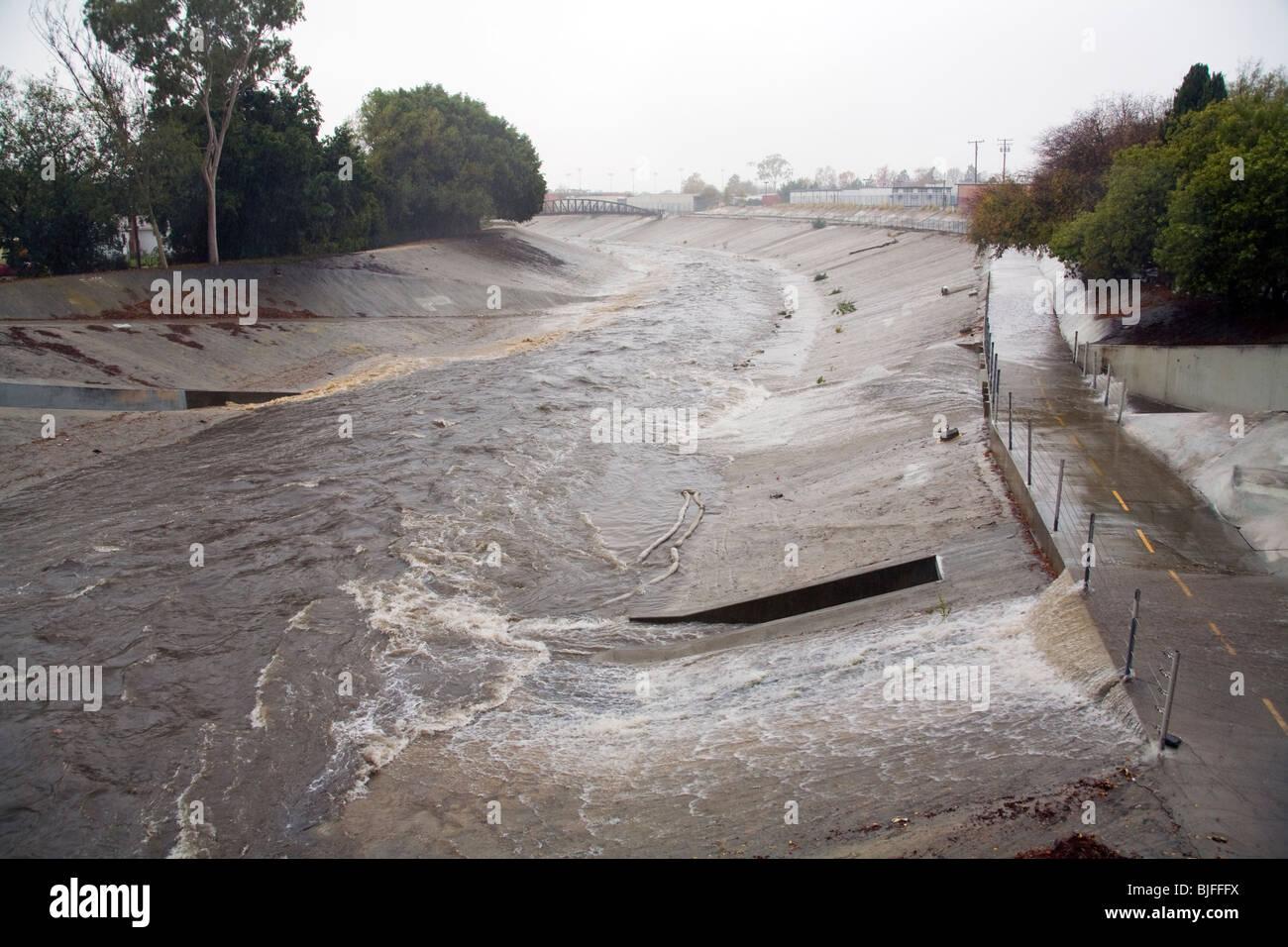 L'eau de pluie se déverse des tuyaux dans le ruisseau Ballona, neuf mille d'eau qui draine le bassin Photo Stock