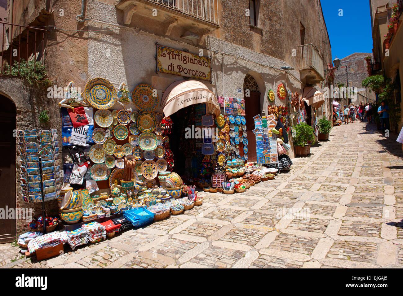 Les boutiques touristiques et poteries siciliennes Érice, Erice, Sicile photos commerciales. Photo Stock