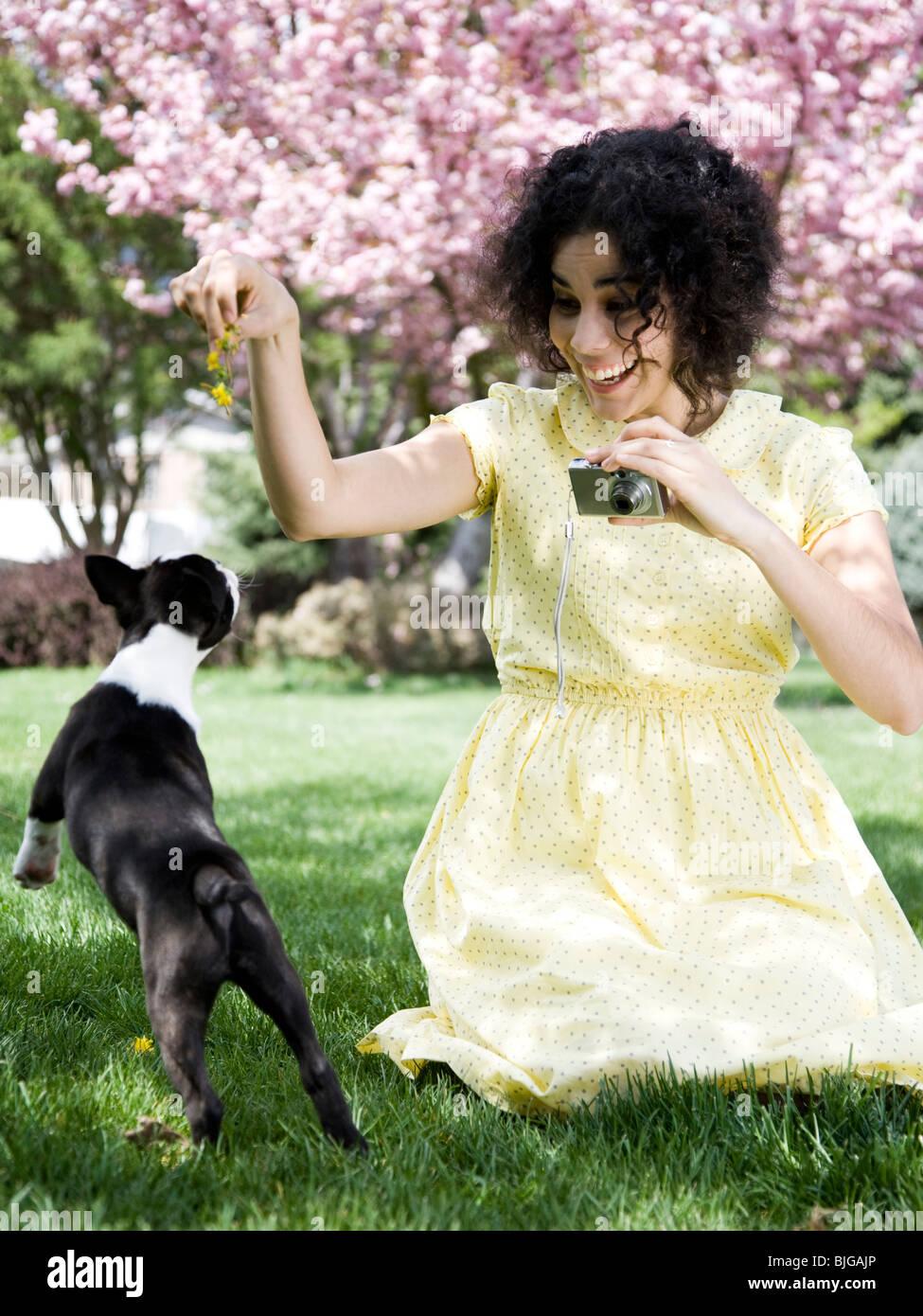 Femme dans une robe jaune à prendre des photos Photo Stock
