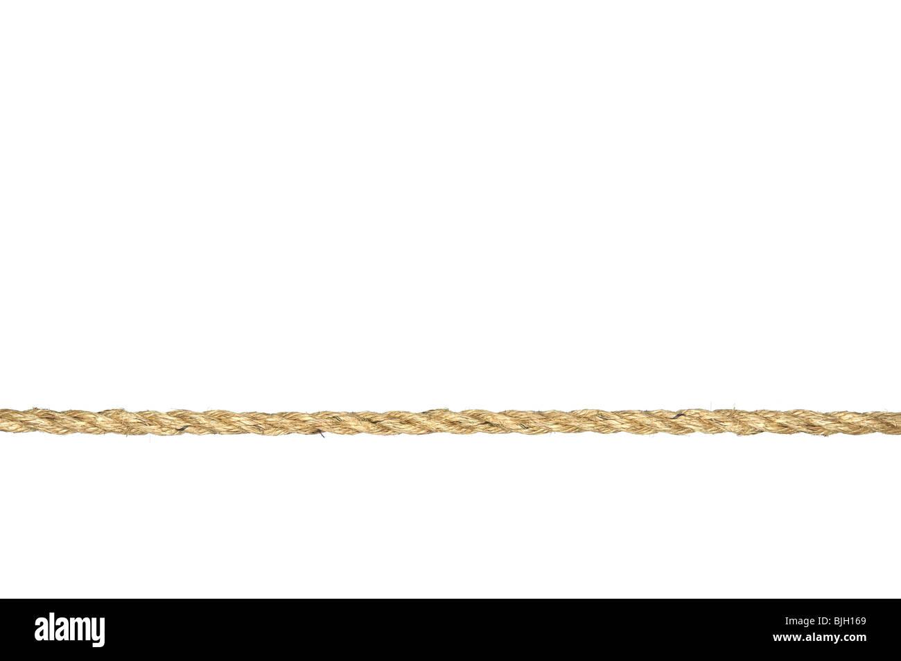 Une ligne droite de la corde de manille torsadée isolé sur un fond blanc. Photo Stock