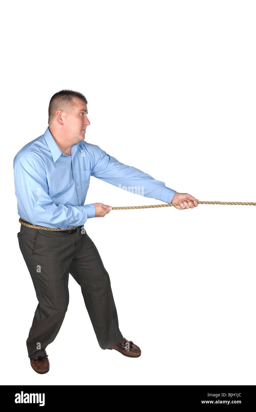 Un homme d'affaires lors d'un combat de lutte à la corde avec un collègue pour résoudre un Photo Stock