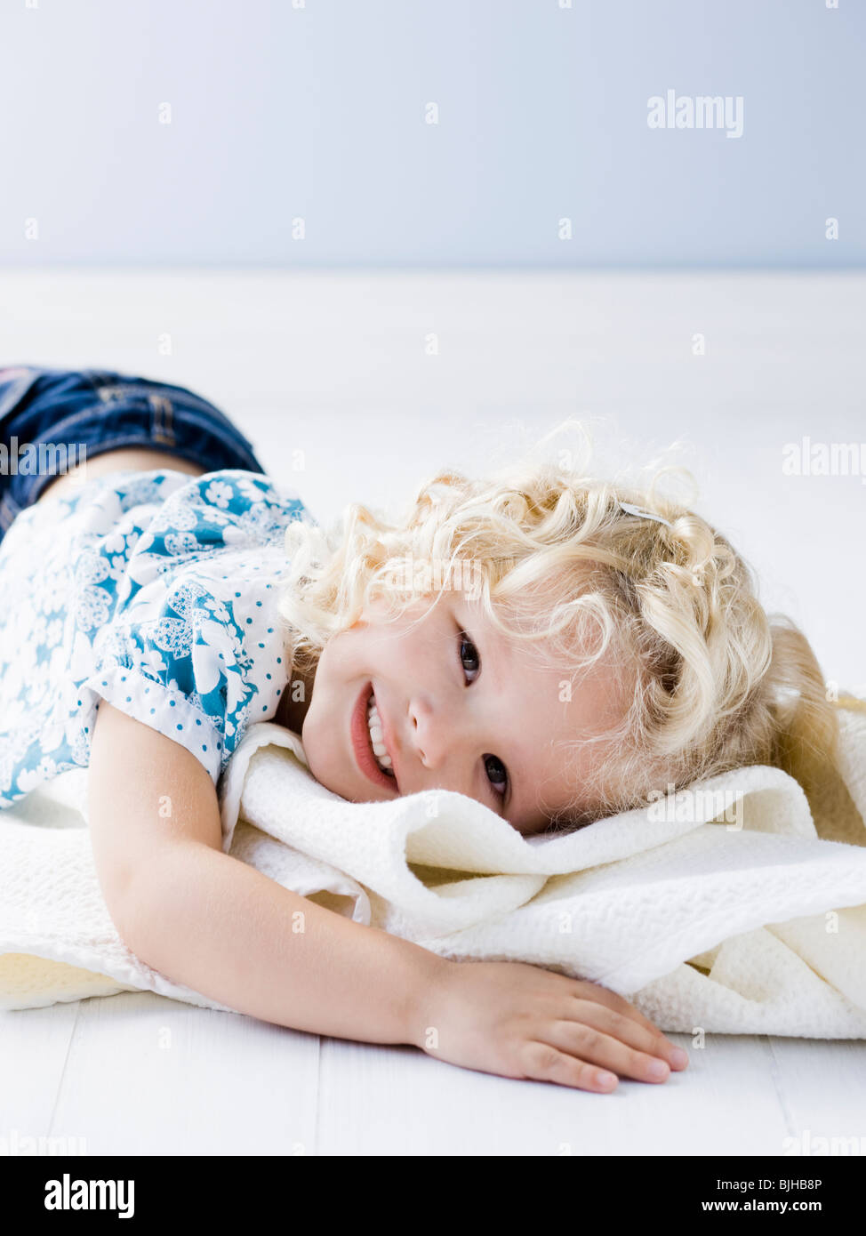 Little girl holding sa couverture Photo Stock