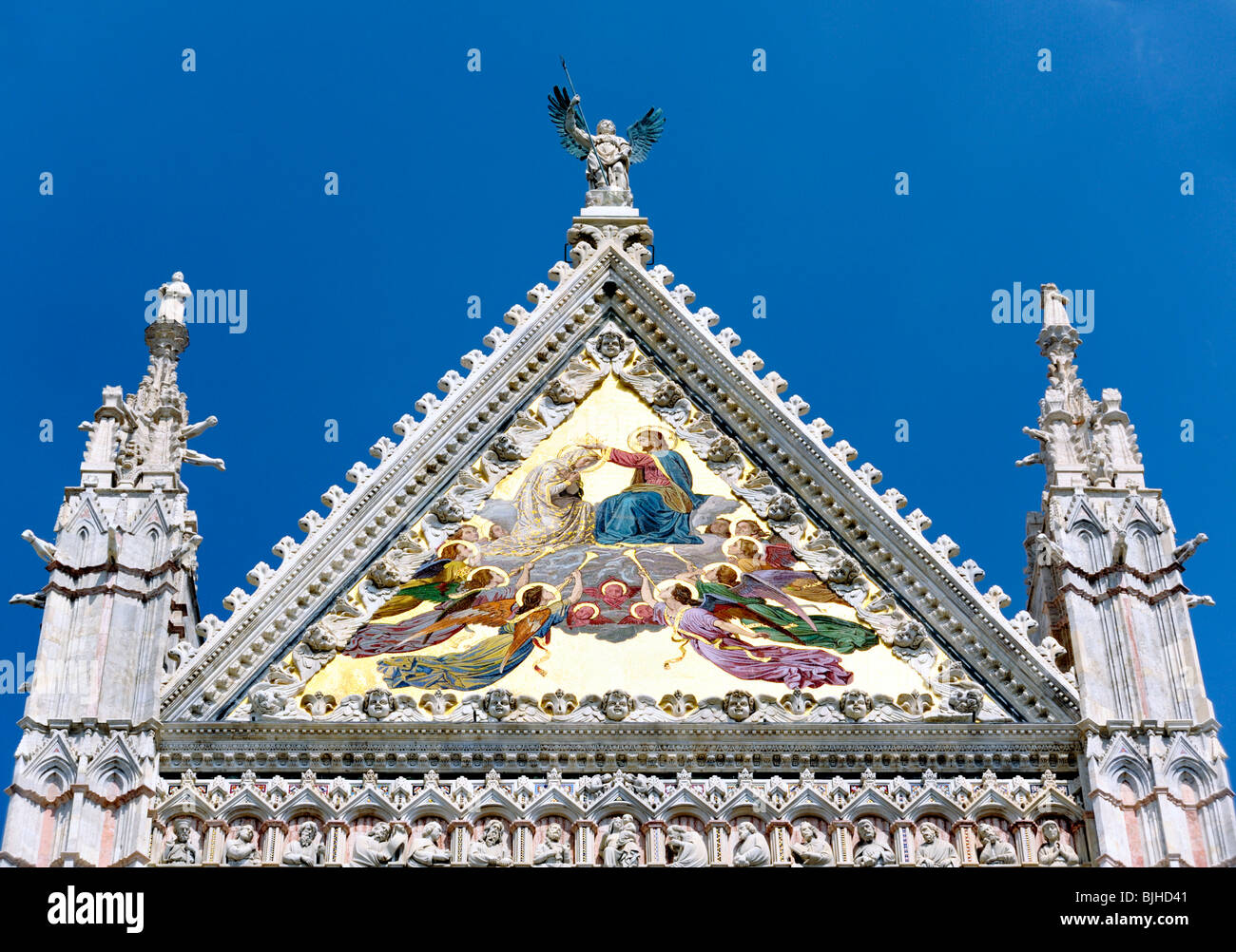 Tympan sur la façade principale de la Cathédrale de Sienne, Toscane, Italie Photo Stock