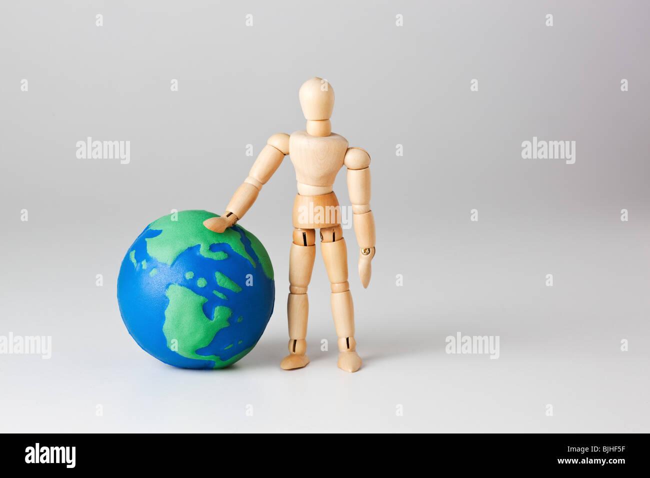 Mannequin avec toy terre en studion Photo Stock