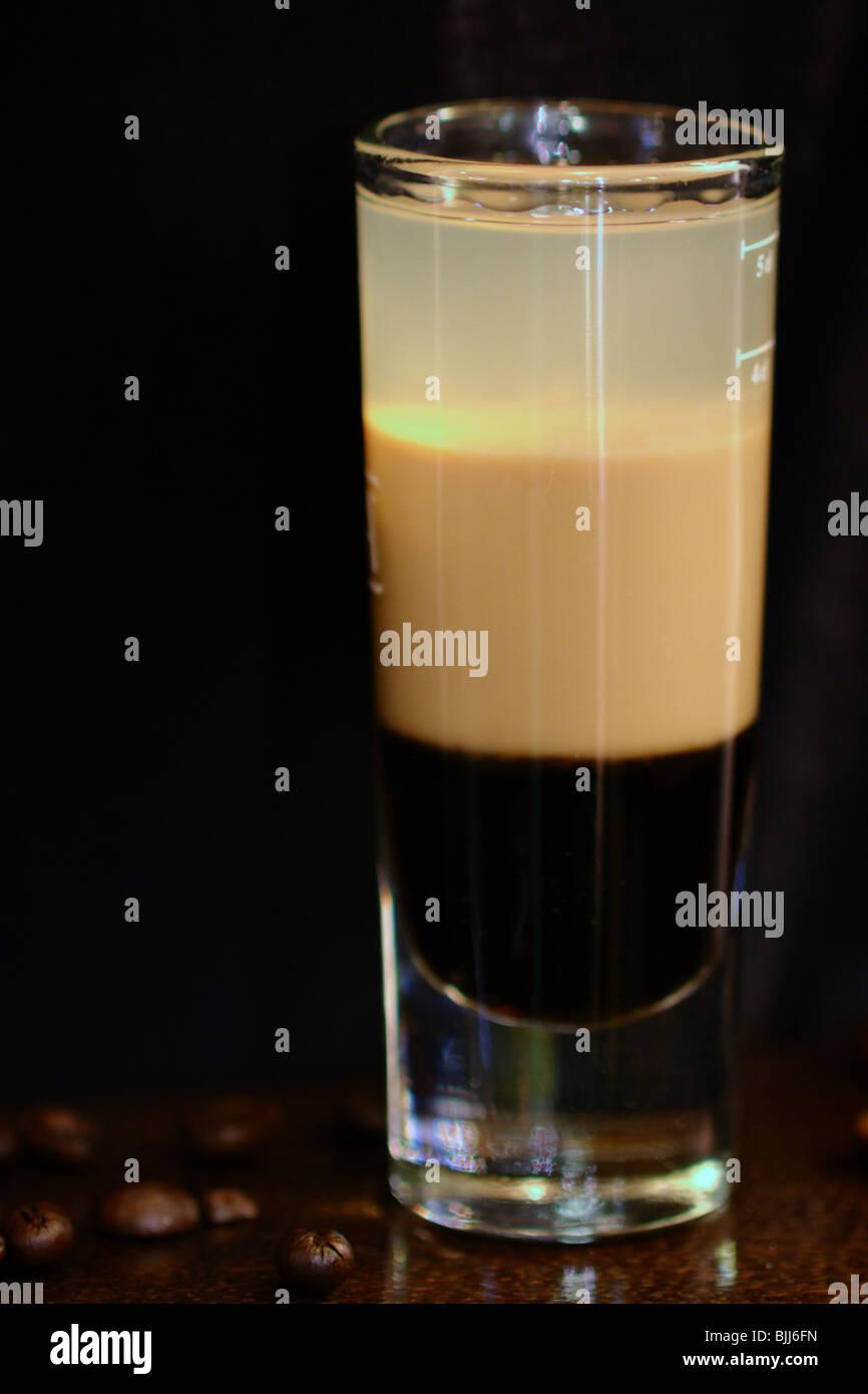 B52 cocktail servi au bar avec Kahlua, Baileys, Cointreau Banque D'Images