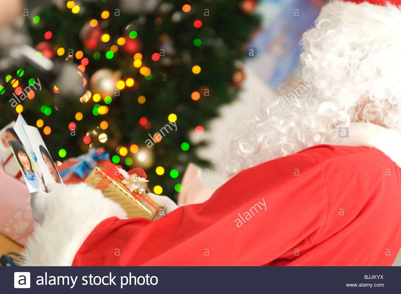 Le Père Noël à la recherche à une carte de Noël et des