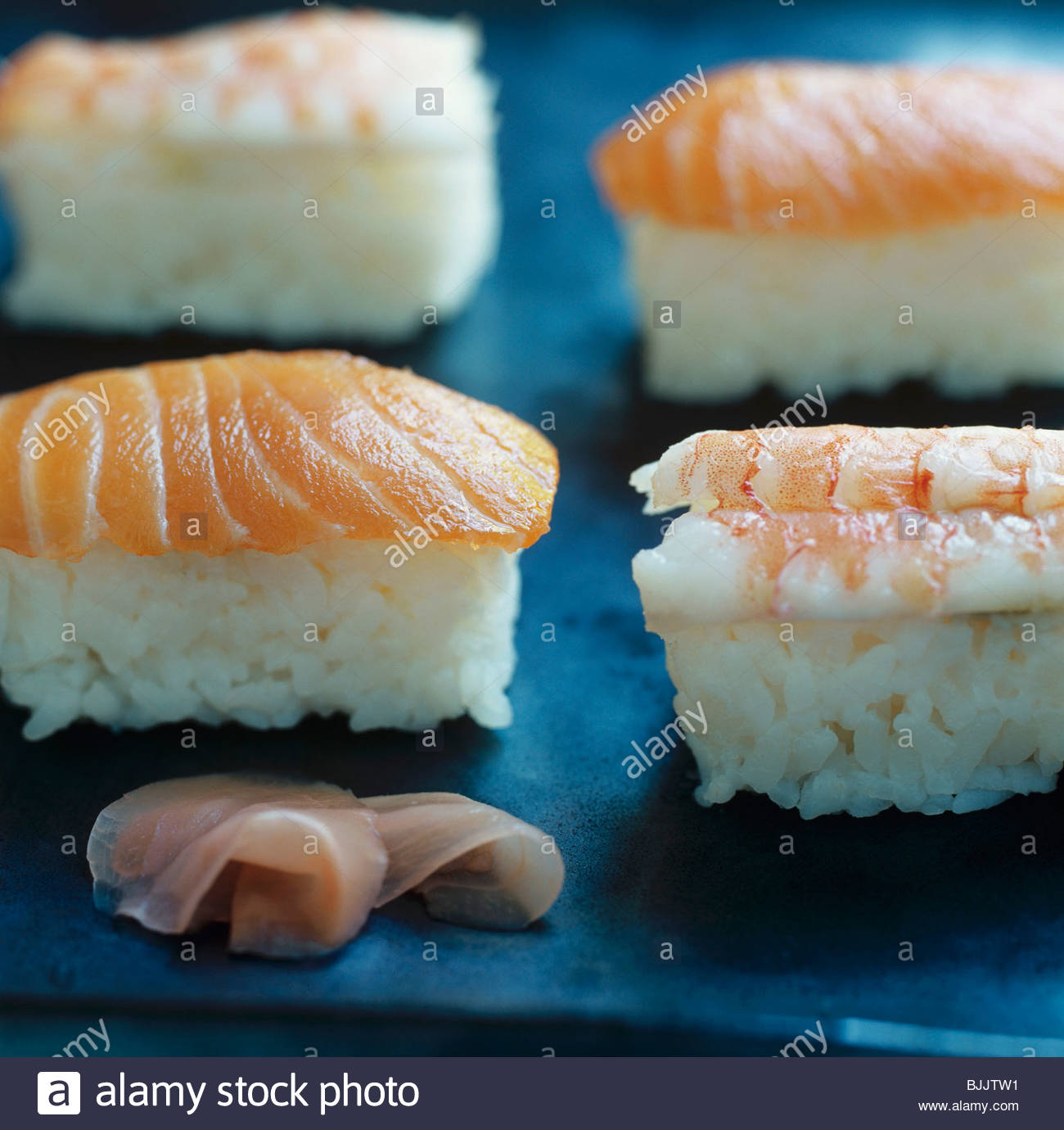 Nigiri sushi avec quatre crevettes et saumon Photo Stock